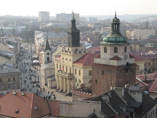 Lublin - Kościół św. Ducha, Nowy Ratusz i Brama Krakowska. Widok z Bramy Trynitarskiej. Foto: Wikimedia Commons