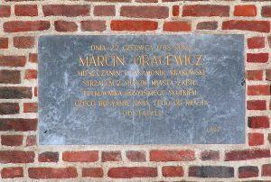 Pamiątkowa tablica na krakowskim Barbakenie foto. wikipedia.pl
