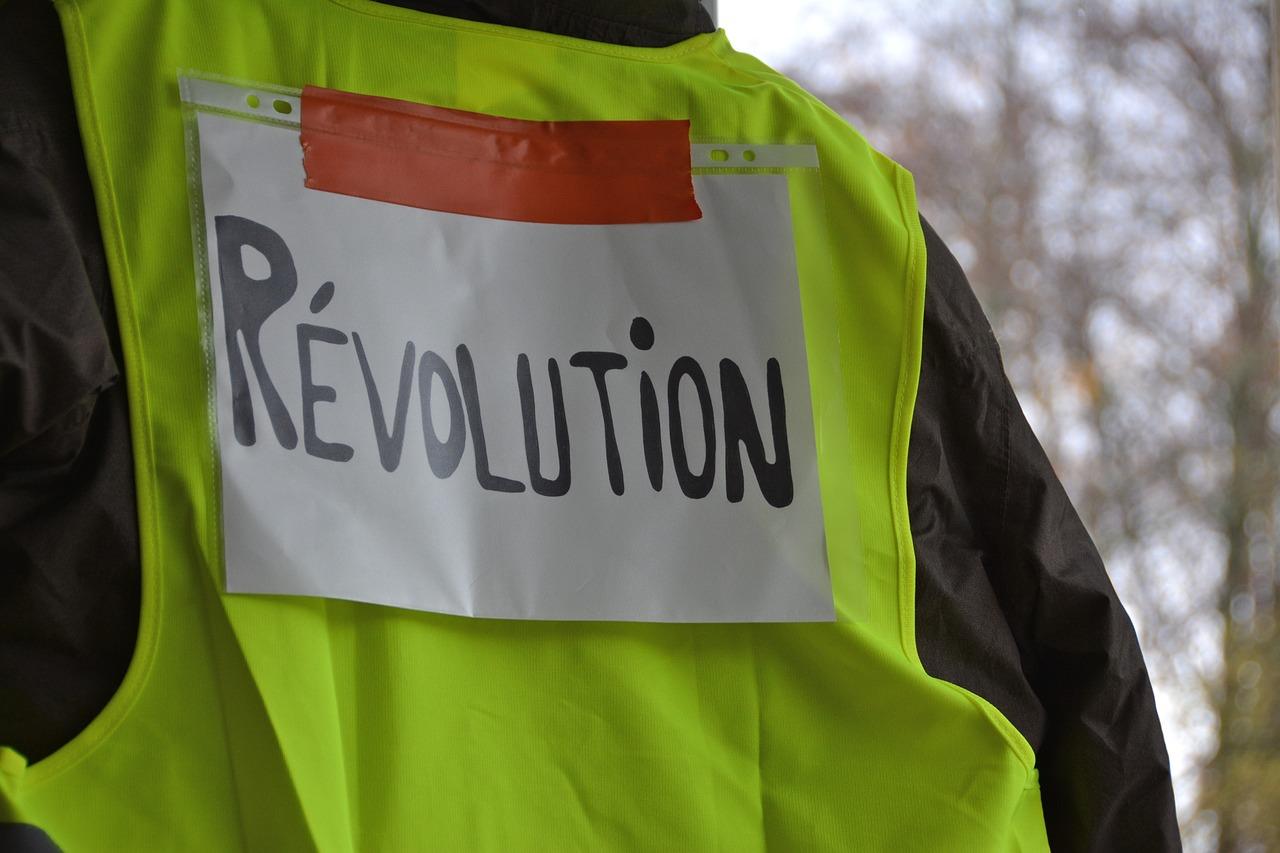 """Rosyjskie służby, egzekucja oraz atak na rezydencję Macrona. W Sylwestra dalsze protesty """"żółtych kamizelek""""."""
