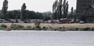 Samolot wpadający do wody w Płocku.