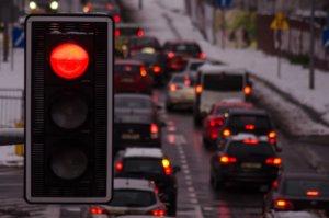 Chłopiec miał wejść na jezdnię na czerwonym świetle