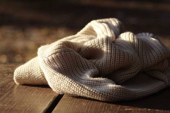 Jak modnie nosić swetry – garść praktycznych porad