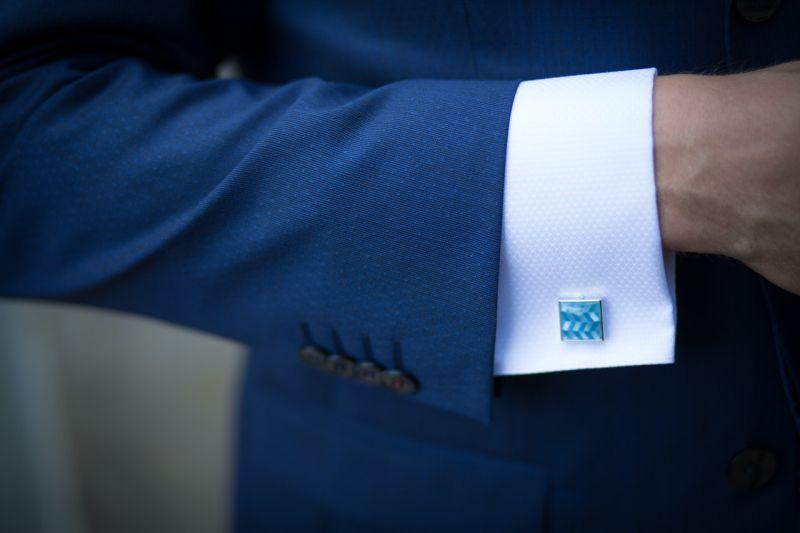 rękaw garnituru z wystającą białą koszulą