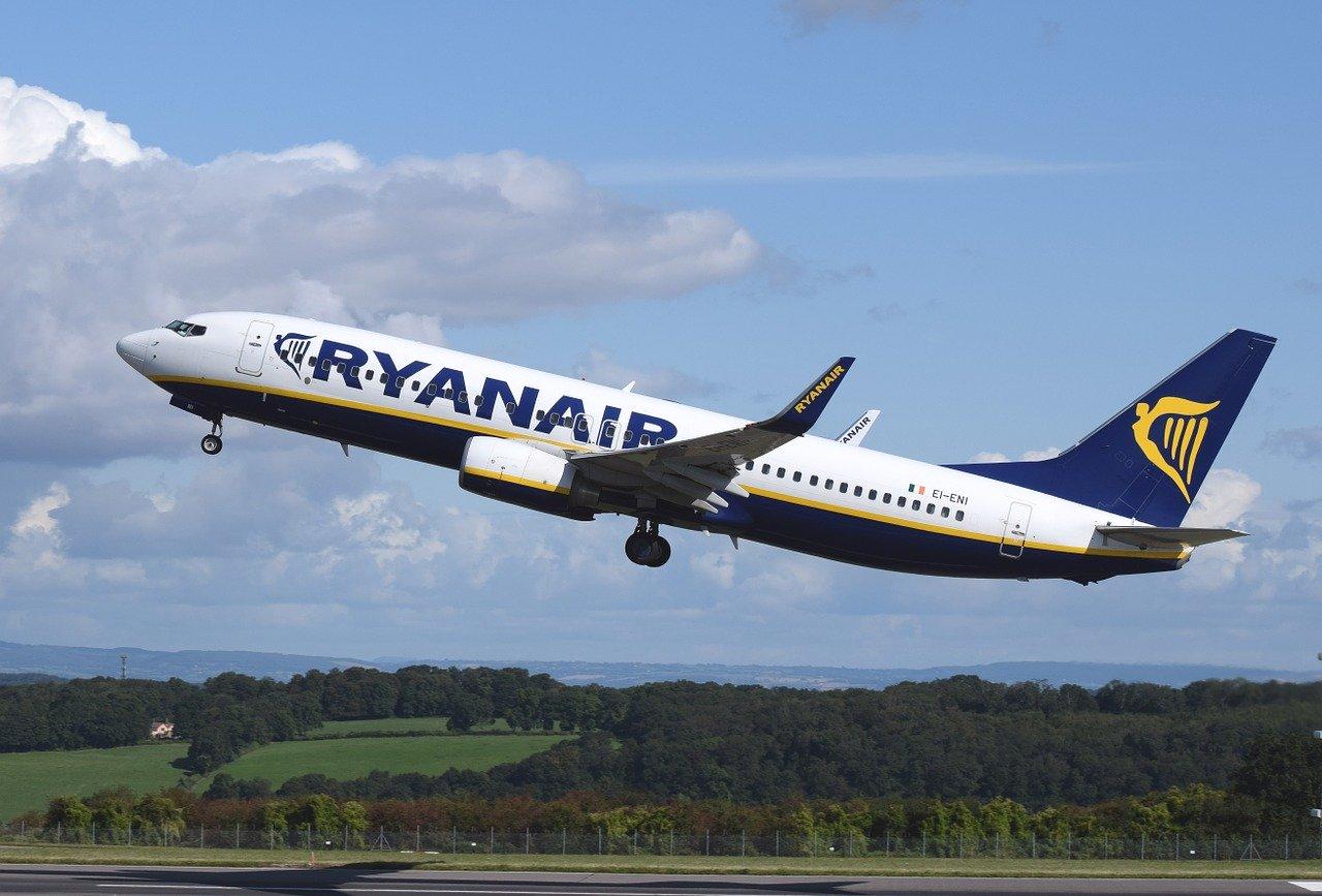 Ryanair od lipca planuje przywrócić 40% lotów. Czy Polacy w tym roku polecą na zagraniczne wakacje?