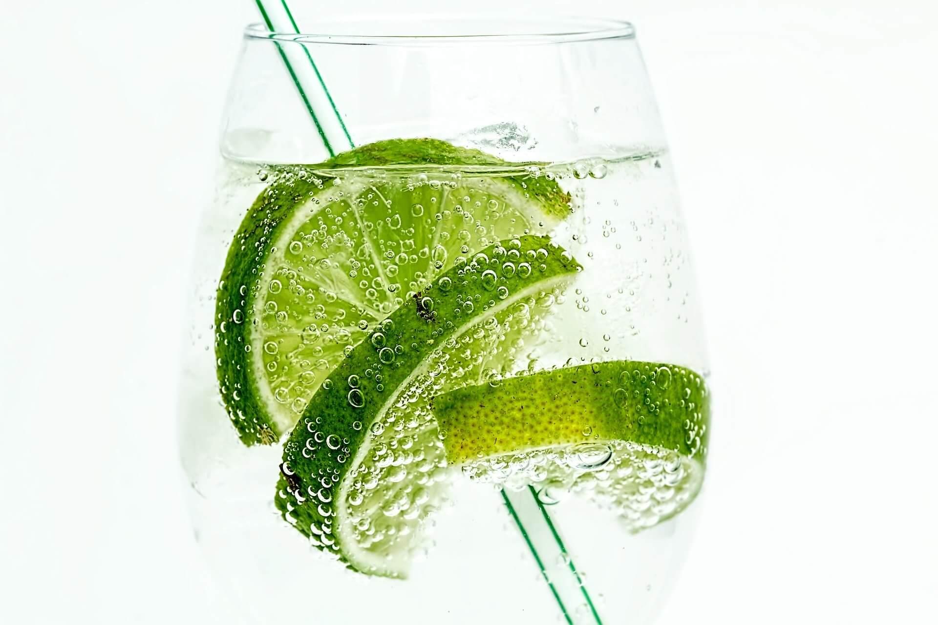 woda, picie wody, zdrowie, zdrowy styl życia, owoce, dieta, dieta cud, odchudzanie, kuchnia, kawa, napoje, picie, lifestyle, woda mineralna, woda źródlana