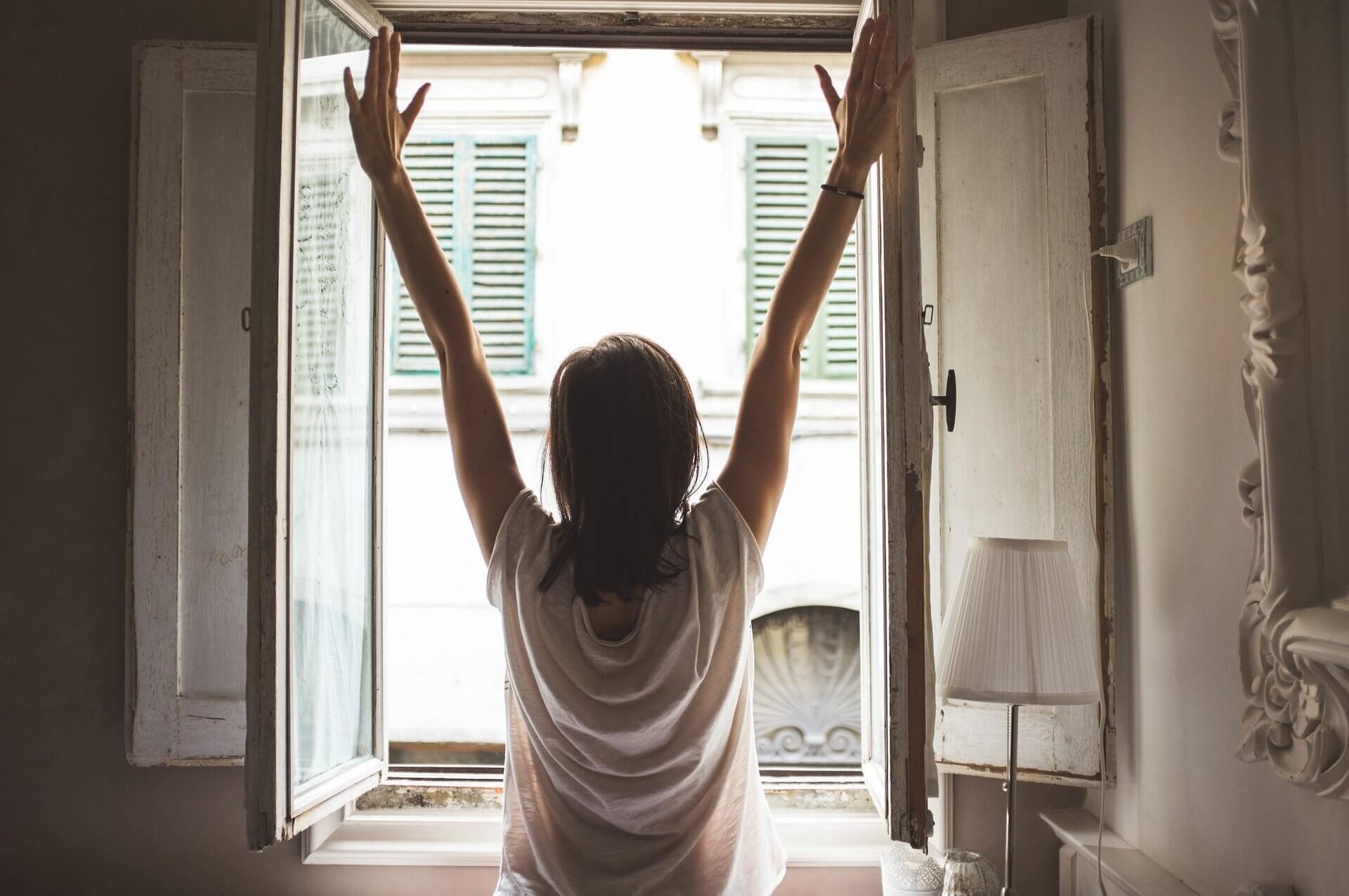 poranek, rano, przebudzenie, woda, picie wody, zdrowie, zdrowy styl życia, joga, sport, gimnastyka, ćwiczenia, spokój, jak wstawać, jak spędzić poranek, jak wstawać wcześniej, budzik, spanie, sen