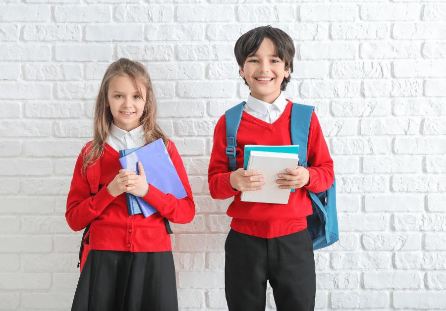 dzieci w czerwonych mundurkach