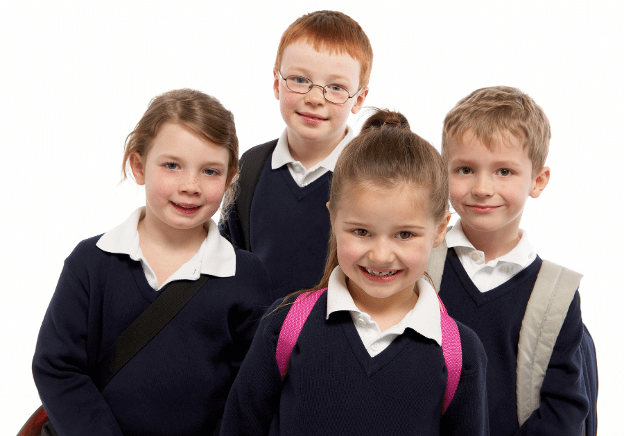 czwórka dzieci w czarnych mundurkach