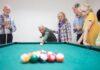 seniorzy grają w bilard