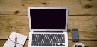 laptop na drewnianym stole